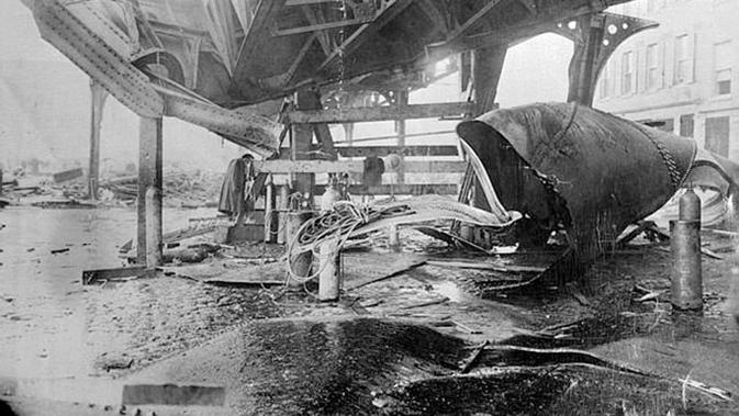 Peristiwa  Boston Molasses Disaster, konstruksi rel kereta melayang pun hancur (Wikipedia)