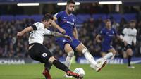Pemain Derby County, Jack Marriott, melepaskan tendangan saat melawan Chelsea pada Piala Liga Inggris di Stadion Stamford Bridge, Kamis (1/112018). Chelsea menang 3-2 atas Derby County. (AP/Nick Potts)