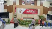 Video diduga Kapolres Nunukan memukul personelnya di acara 'Bansos Akabri 1999 Peduli' tertanggal 21 Oktober 2021, viral di media sosial. (Liputan6.com/ Istimewa)