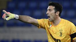 Gianluigi Buffon. Kiper legenda Juventus ini di awal kariernya sempat berbaju Parma selama 6 musim mulai 1995/1996 hingga 2000/2001. Kini, saat Parma terdegradasi ke Serie B, Buffon yang habis masa kontraknya di Juventus, akan kembali berseragam Parma selama 2 musim. (Foto: AFP/Filippo Monteforte)
