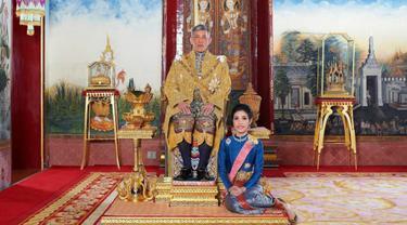 Raja Thailand Maha Vajiralongkorn dan mantan selirnya, Sineenat Wongvajirapakdi (Royal Thai Photo)