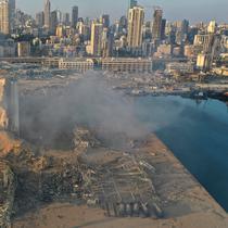 Gambar drone memperlihatkan tempat ledakan yang mengguncang pelabuhan Beirut, Lebanon, Rabu (5/8/2020). Ledakan dahsyat yang terjadi pada Selasa, 4 Agustus 2020, tersebut sejauh ini menewaskan 78 orang dan dan lebih dari 4.000 lainnya terluka. (AP Photo/Hussein Malla)
