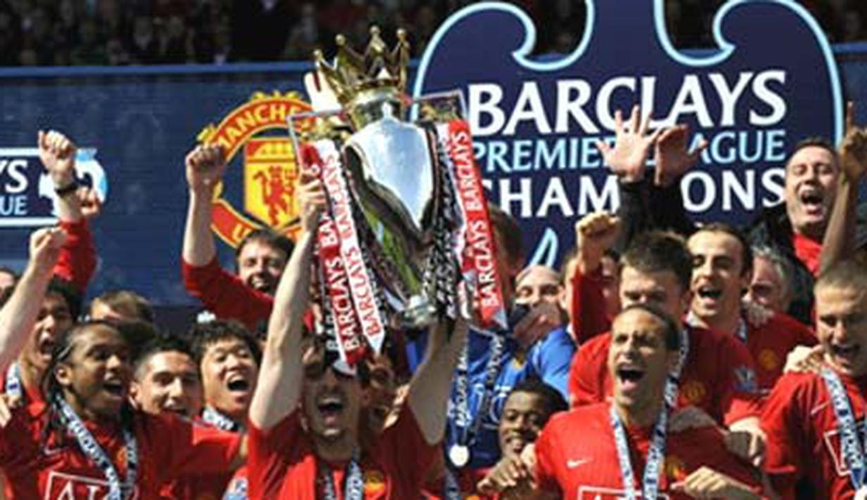 Manchester United team celebrate with the English Premier League trophy after drawing 0-0 with Arsenal at Old Trafford, on May 16, 2009.The club's third title in a row equals Liverpool's record of 18 League championships. AFP PHOTO/ADRIAN DENNIS