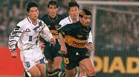 Diego Maradona ketika membela Boca Junior pada pertandingan persahabatan melawan Shin Tae-yong dan Timnas Korea Selatan pada 1995. (AFP/Kim Jae-Hwan)