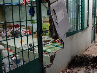 Seorang pecandu tertidur di salah satu ruangan di pusat rehabilitasi narkoba di Dong Nai, Vietnam, Senin (24/10). Lebih dari 500 pecandu narkoba kabur dengan menjebol dinding dan merusak jendela menggunakan tongkat serta alat pemadam kebakaran. (STR/AFP)