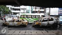 Mobil Toyota Vios bernopol B-1632-SPM dan Honda CR-V B-128-GJ yang terbakar di Pecenongan, Jakarta, Sabtu (11/2). Kedua mobil tersebut diduga terbakar akibat dilempari bom molotov orang tak dikenal. (Liputan6.com/Immanuel Antonius)