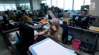 Sejumlah Pegawai Negeri Sipil (PNS) Pemerintahan Provinsi DKI Jakarta melakukan aktivitas kerja pertama usai libur Lebaran di Balai Kota, Jakarta, Senin (3/7). (Liputan6.com/Gempur M Surya)
