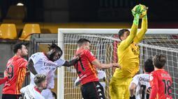 Kiper AC Milan, Gianluigi Donnarumma (kanan atas) melompat untuk menangkap bola dalam laga lanjutan Liga Italia 2020/21 pekan ke-15 melawan Benevento di Ciro-Vigorito, Minggu (3/1/2021). AC Milan menang 2-0 atas Benevento. (AFP/Andreas Solaro)