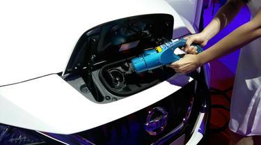 Mengisi baterai mobil listrik