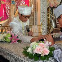 Prosesi akad nikah pun berlangsung sangat khidmat. Diawali dengan beberapa proses seperti pembacaan ayat suci Alquran, Rizky Kinos pun akhirnya tuntas mengucapkan ijab qabul dengan bahasa Indonesia dalam sekali helaan nafas. (Deki Prayoga/Bintang.com)