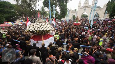 20151224-Tradisi Maulid Nabi, Ribuan Warga Berebut 6 Gunungan Sekaten-Solo
