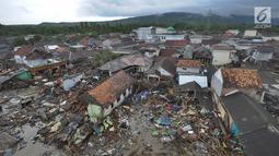 Pemandangan dari udara kawasan pemukiman nelayan di Kampung Sumur Pesisir, Pandeglang, Banten, Selasa (24/12). Kampung Sumur yang dihuni ratusan nelayan luluh lantak disapu tsunami. (Merdeka.com/Arie Basuki)