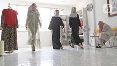 Peserta didik mengikuti sekolah model di Look Academy Modeling School, Jakarta, Sabtu (24/10/2020). Sempat vakum selama beberapa bulan karena pemberlakuan PSBB Jakarta, sekolah model ini kembali membuka kelas untuk para siswa dengan menerapkan protokol kesehatan. (Liputan6.com/Herman Zakharia)