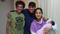 Faldy Albar bersama Achmad Albar dan bayi perempuan Achmad Albar dari pernikahannya dengan Dewi. (Koleksi Istimewa)