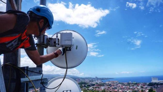 Teknisi sedang bekerja di atas tower BTS (Base Transceiver Station) XL Axiata yang berlokasi di Kelurahan Tanjung Batu, Kecamatan Wanea, Kota Manado, Mei 2021. Dok: XL Axiata