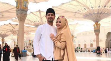 Nagita Slavina tetap terlihat stylish dan fashionable dengan memakai hijab syari di tanah suci saat umrah belum lama ini.