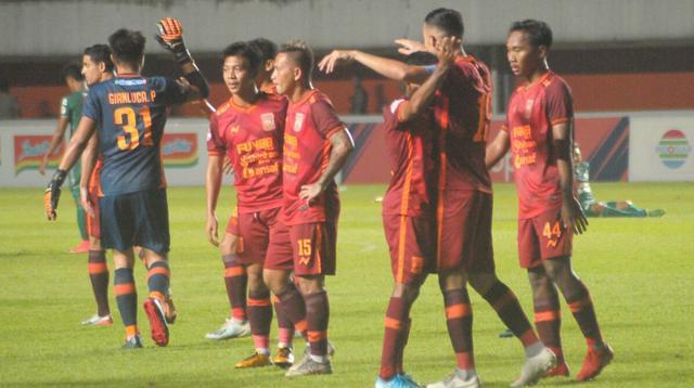Ekspresi para pemain Borneo FC sesaat setelah menang 1-0 atas PSS Sleman dalam laga pekan ke-28 Shopee Liga 1 2019 di Stadion Maguwoharjo, Rabu (20/11/2019). (Bola.com/Vincentius Atmaja)