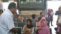 Dirut PT KAI Edi Sukmoro meninjau persiapan sarana prasarana jelang Libur Natal dan Tahun Baru 2019 di Stasiun Kejaksan Cirebon. Foto (Liputan6.com / Panji Prayitno)