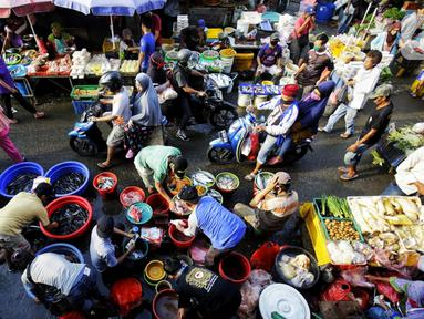Suasana pasar ketika warga ibukota belanja kebutuhan pokok di Pasar Kebayoran Lama, Jakarta, Rabu (22/4/2020). Harga sejumlah kebutuhan pokok merangkak naik menjelang bulanRamadan 2020 mulai dari cabe rawit, telur, daging ayam, minyak goreng, bawang hingga daging sapi. (Liputan6.com/Fery Pradolo)