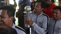 Pemain dan ofisial Timnas U-22 Indonesia tiba untuk bertemu Presiden Joko Widodo di Istana Negara, Kamis (28/2). Jokowi mengadakan pertemuan dengan Timnas U-22 Indonesia yang baru saja menjuarai turnamen Piala AFF U-22. (Liputan6.com/Angga Yuniar)