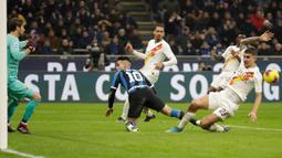 Pemain Inter Milan Lautaro Martinez (tengah) kehilangan peluang mencetak gol saat laga melawan AS Roma pada pertandingan Serie A di Stadion San Siro, Milan, Italia, Jumat (6/12/2019). Inter Milan masih memuncaki klasemen sementara Serie A usai ditahan imbang AS Roma 0-0. (AP Photo/Luca Bruno)