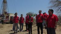 Direktur Sales Telkomsel Mas'ud Khamid bersama jajaran Manajemen Telkomsel meninjau salah satu dari lima Combat yang beroperasi untuk mendukung kelancaran acara peresmian groundbreaking di Pos Pamtas Mota'ain, Kabupaten Belu, NTT