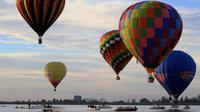 Pemandangan balon udara yang mengangkasa selama Festival Balon Internasional XVIII di Leon, Meksiko pada 18 November 2018. Sekitar 200 balon udara dari 23 negara terbang di atas bendungan Palote. (Photo by MARIO ARMAS / AFP)