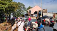 Congestion occurred due to the Cirebon City Government blocking the borders of the Cirebon City entrance area.  Photo (Liputan6.com / Panji Prayitno)