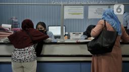 Suasana pelayanan di Kantor Suku Dinas Dukcapil Jakarta Timur, Senin (15/6/2020). Layanan tatap muka Dukcapil Jakarta Timur yang kembali dibuka sejak Jumat (12/6) lalu disambut antusias warga yang ingin mengurus dokumen administrasi kependudukan. (merdeka.com/ Iqbal S Nugroho)