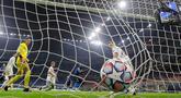 Penyerang Inter Milan, Romelu Lukaku (kedua kanan) mencetak gol ke gawang Borussia Monchengladbach pada matchday pertama Grup B Liga Champions di Giuseppe Meazza, Kamis (22/10/2020) dini hari WIB. Inter Milan harus puas bermain imbang 2-2 saat menjamu tamunya Monchengladbach. (AP Photo/Luca Bruno)