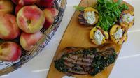 Sajian Sirloin with Chimicuri yang menggabungkan daging sirloin dan buah-buahan khas Australia dari Chef Yuda Bustara.