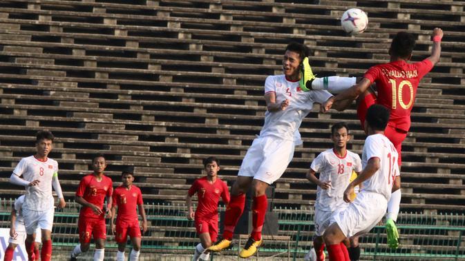 Kaki gelandang Timnas Indonesia U-22, Osvaldo Haay, mengenai muka pemain Vietnam pada laga Piala AFF U-22 2019 di Olympic Stadium, Phnom Penh, Kamboja, Minggu (24/2/2019). Indonesia menang 1-0 atas Vietnam. (Bola.com/Zulfirdaus Harahap)