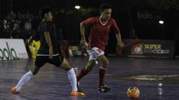 Pemain futsal Indonesia, Deny Handoyo, meramaikan grand final Super Soccer Futsal Battle 2017 di Bintaro Jaya ExChange, Tangerang, Sabtu (21/10/2017). Timnas futsal Piala AFF 2010 tampil melawan All Star. (Bola.com/Vitalis Yogi Trisna)
