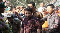 Putra sulung Sutopo Purwo Nugroho, Muhammad Ivanka Rizaldy Nugroho saat acara pemakaman ayahnya. (Liputan6.com/ Fajar Abrori)