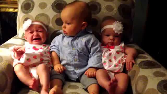 Bayi ini kebingungan melihat bayi kembar di sekelilingnya.