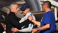 Jose Mourinho bersama Maurizio Sarri setelah laga Manchester United melawan Chelsea. (AFP/Glyn Kirk)