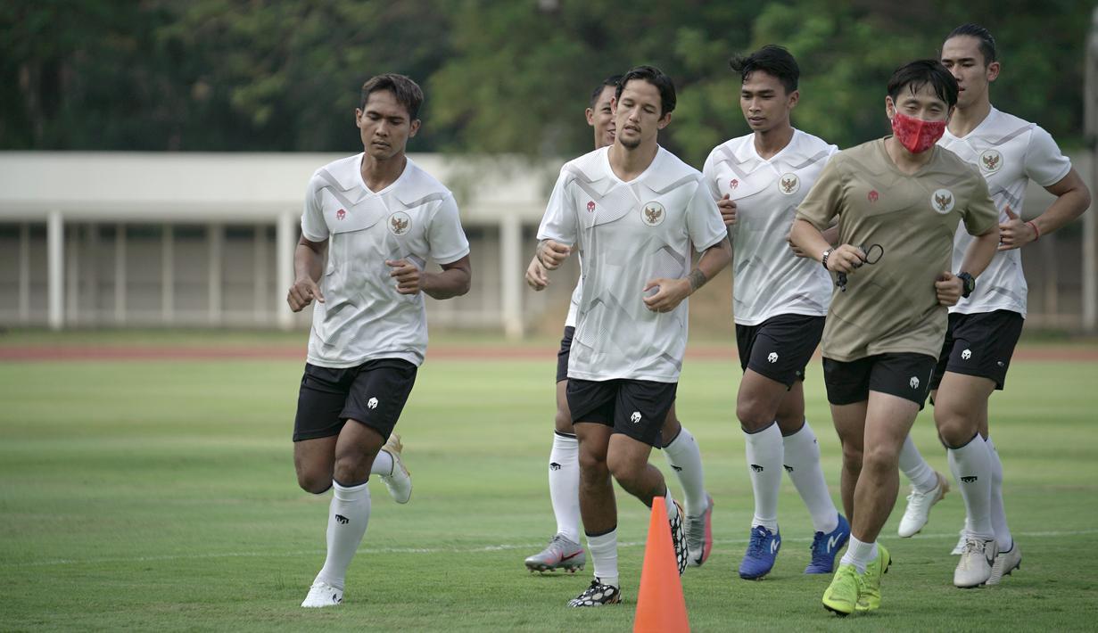 Pemain Timnas Indonesia, Irfan Bachdim, saat mengikuti sesi latihan perdana di Stadion Madya, Jakarta, Jumat (7/8/2020) sore WIB.  Sebanyak 24 pemain Timnas Indonesia jalani latihan perdana dengan mengikuti protokol kesehatan. (dok.PSSI)