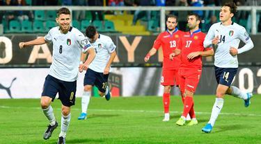 Gelandang  timnas Italia, Jorginho, merayakan gol ketujuh untuk timnya yang dicetak ke gawang Armenia pada laga lanjutan Kualifikasi Piala Eropa 2020 di Stadion Renzo Barbera, Palermo, Senin (18/11/2019). Timnas Italia berpesta gol dengan skor telak 9-1. (Carmelo/ImbesiANSA via AP)