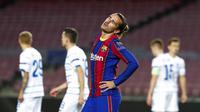 Penyerang Barcelona, Antoine Griezmann, tampak kecewa usai gagal mencetak gol ke gawang Dynamo Kiev pada laga Liga Champions di Stadion Camp Nou, Kamis (5/11/2020). Barcelona menang dengan skor 2-1. (AP/Joan Monfort)