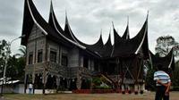 Istana Silindung Bulan di Batusangkar, Tanah Datar, Sumbar. Istana yang disebut juga Rumah Gadang Sembilan Ruang itu merupakan replika istana lama Kerajaan Pagaruyung yang terbakar pada 1966.(Antara)
