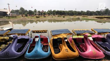 Perahu angsa berjejer di dermaga Taman Archipelago, Taman Mini Indonesia Indah (TMII), Jakarta, Sabtu (15/9). Perahu untuk wisatawan tidak bisa beroperasi akibat debit air menyusut di musim kemarau. (Liputan6.com/Fery Pradolo)