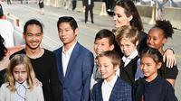 Angelina Jolie bersama anak-anaknya. (dok. hollywoodlife.com/Novi Thedora)