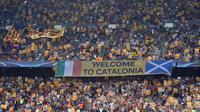Para suporter mengibarkan bendera Esteladas saat laga Barcelona melawan Celtic. Pada laga Liga Champions selanjutnya El Blaugrana akan berhadapan dengan Monchengladbach. (AFP/Lluis Gene)