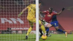 Bek Manchester United (MU), Aaron Wan-Bissaka  mencetak gol pembuka untuk timnya ke gawang Southampton bersaing memperebutkan bola dalam lanjutan Liga Inggris di Old Trafford, Rabu (3/1/2021) dini hari WIB. MU memberondong gawang Southampton dengan sembilan gol tanpa balas. (Laurence Griffiths/Pool