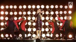 Diva asal Amerika Serikat, Mariah Carey tampil pada acara Himbara Borobudur Shimpony 2018 di Candi Borobudur, Magelang, Selasa (6/11). Mariah Carey tampil elegan dengan tiga kostum yang dikenakannya sepanjang jalannya konser. (Fimela.com/Bambang E.Ros)