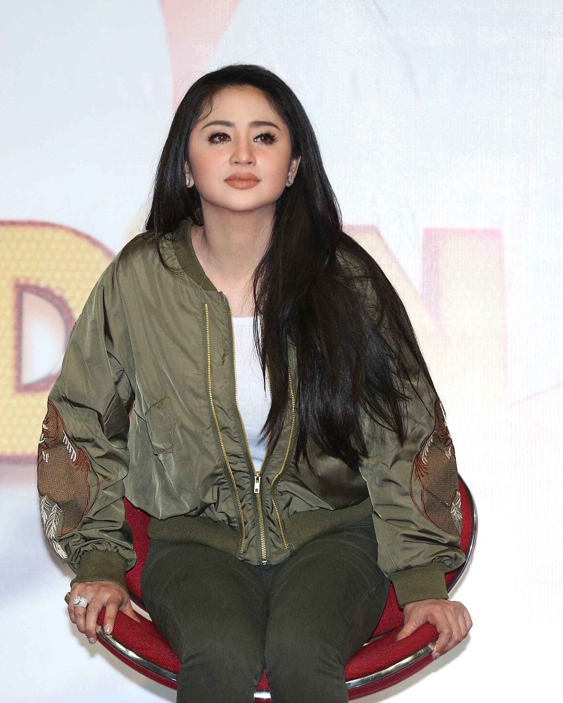 Dewi Perssik Teruskan Legenda Si Manis Jembatan Ancol (Bambang E Ros/Bintang.com)