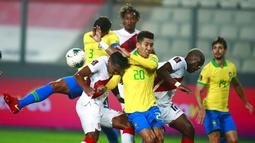 Para pemain Peru dan Brasil berebut bola pada pertandingan kualifikasi Piala Dunia 2022 di National Stadium, Lima, Peru, Selasa (13/10/2020). Brasil menang 4-2 dengan lewat hattrick dari Neymar. (Daniel Apuy, Pool via AP)