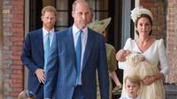 Pangeran William dan Kate Middleton bersama anak-anak mereka tiba pada acara pembaptisan Pangeran Louis di Chapel Royal, St. James Palace, Senin (9/7). Ini menjadi penampilan pertama kalinya mereka muncul berlima di publik. (Dominic Lipinski/Pool via AP)