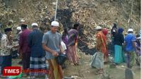Warga Dusun Kotengah Bersama-sama Melakukan Bersih-bersih di Salah Satu Pemakaman yang Ada di Dusun Tersebut (Moh Bahri/TIMES Indonesia)