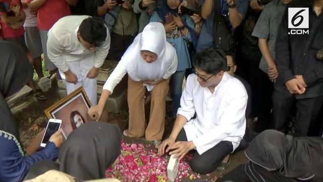 Jenazah Dylan Sahara dimakamkan di Ponorogo. Istri Ifan Seventeen ini turut menjadi korban tsunami di Tanjung Lesung, Banten.